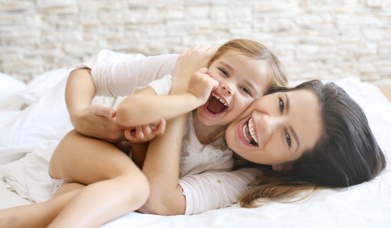 madre e hijo en su piso al lado del HUCA